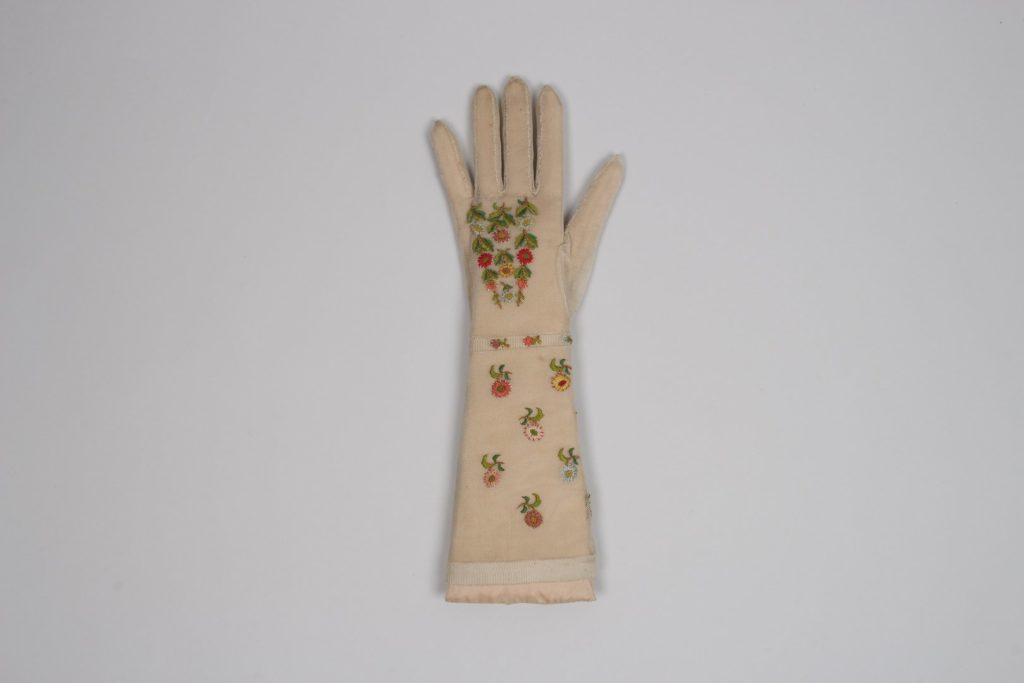 Womenswear above wrist length knitted glove